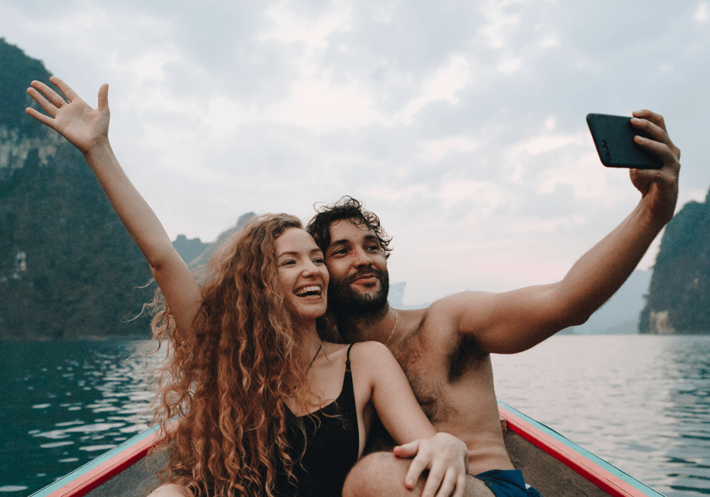 couple-taking-selfie-on-a-longtail-boat-plh3rzx